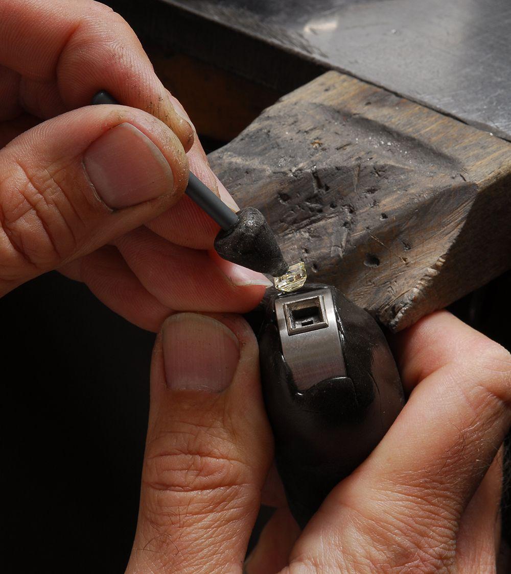 einfuegen-eines-diamanten-in-der-goldschmiede-von-hestermann-und-sohn