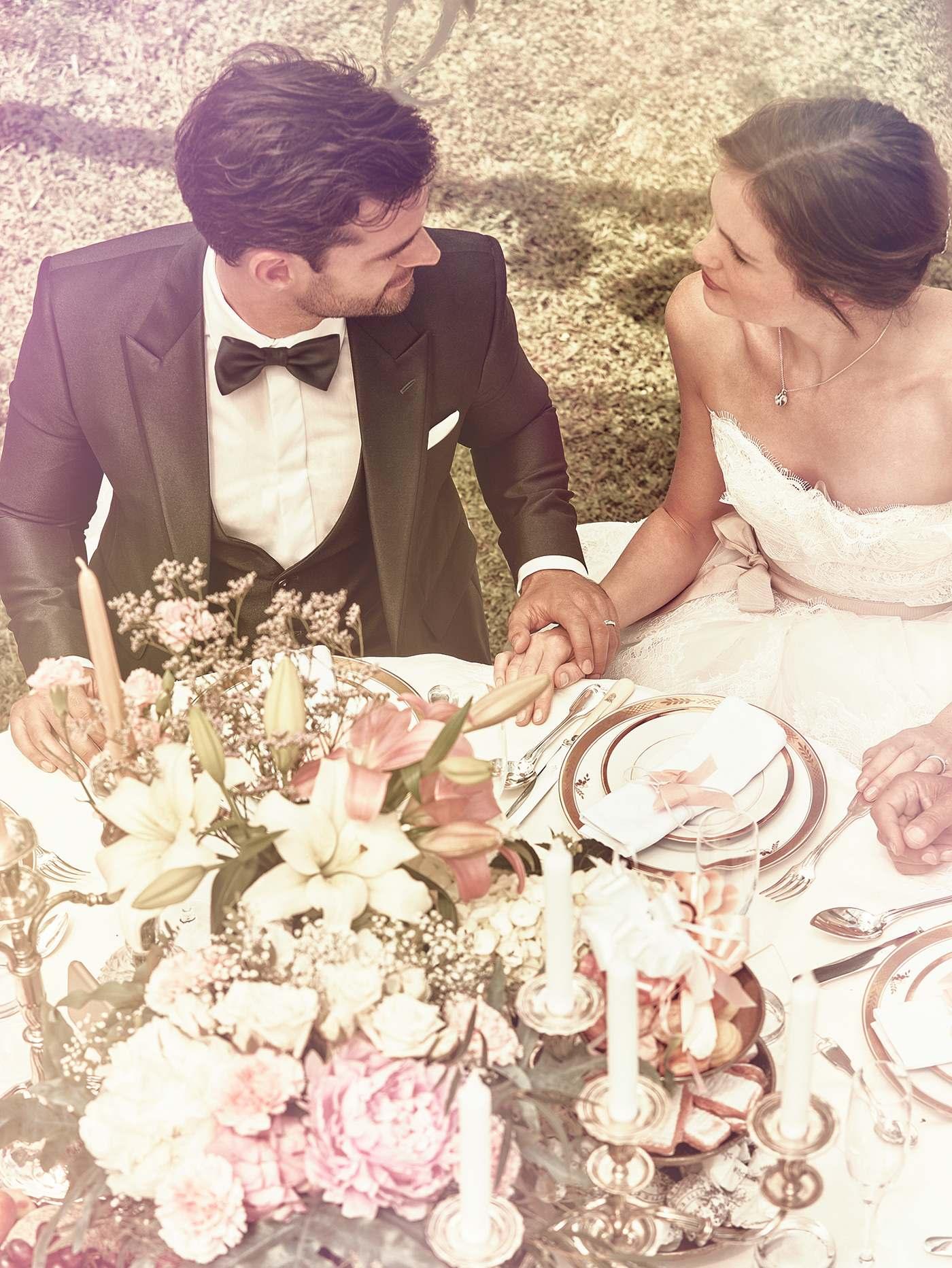 frisch verheiratetes paar mit meister ringen haelt haende