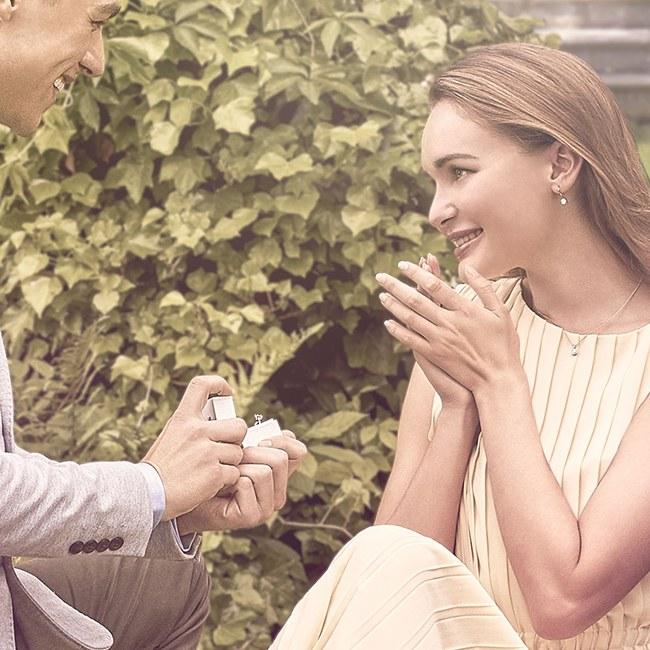 junge frau bekommt einen heiratsantrag