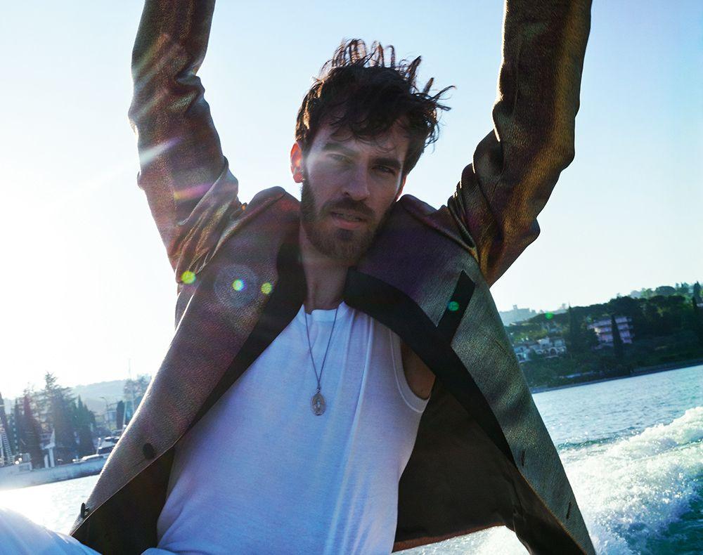 junger mann auf boot mit kette der madonna kollektion von hestermann und sohn