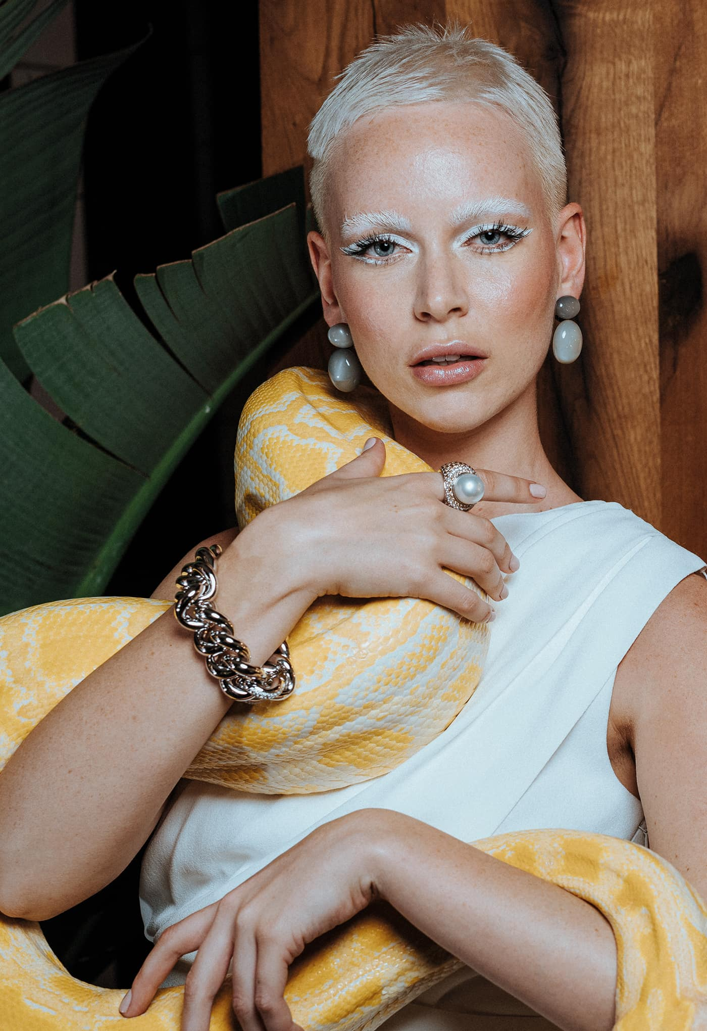 model mit gelber schlange und schmuck von juwelier hestermann und sohn