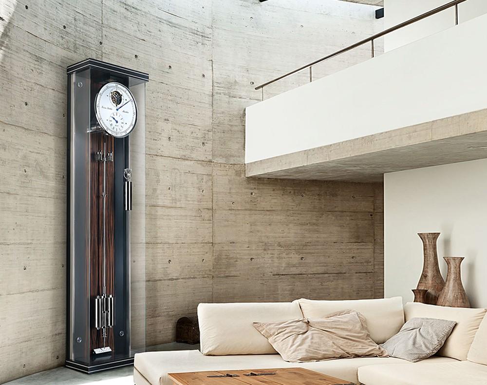 modernes wohnzimmer mit uhr von erwin sattler