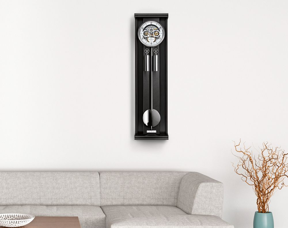 wanduhr von erwin sattler in minimalistischem wohnzimmer